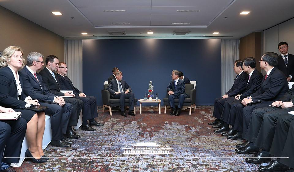 문재인 대통령이 28일(현지시간) 체코 프라하 힐튼 호텔에서 안드레이 바비스 체코 총리와 면담하고 있다.