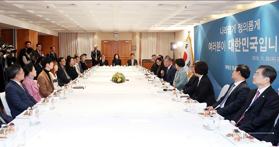 문재인 대통령이 28일 오후(현지시간) 체코 프라하 힐튼 호텔에서 재체코 동포 간담회를 주재하고 있다.