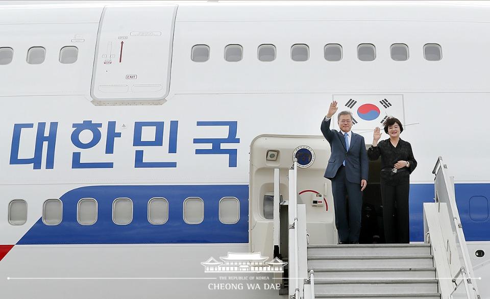 문재인 대통령과 김정숙 여사가 G20 정상회의에 참석하기 위해 29일 오전(현지시간) 아르헨티나 부에노스아이레스 인근 에세이사 국제공항에 도착해 손을 흔들고 있다.