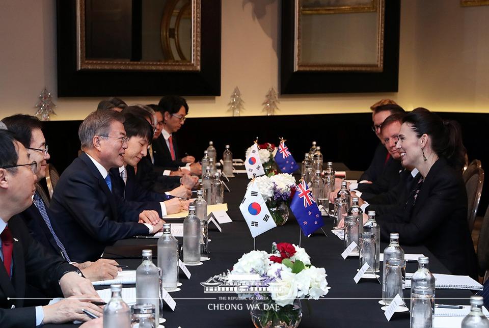문재인 대통령이 4일 오전(현지시간) 오클랜드 코디스 호텔에서 재신다 아던 뉴질랜드 총리와 환담을 나누고 있다.