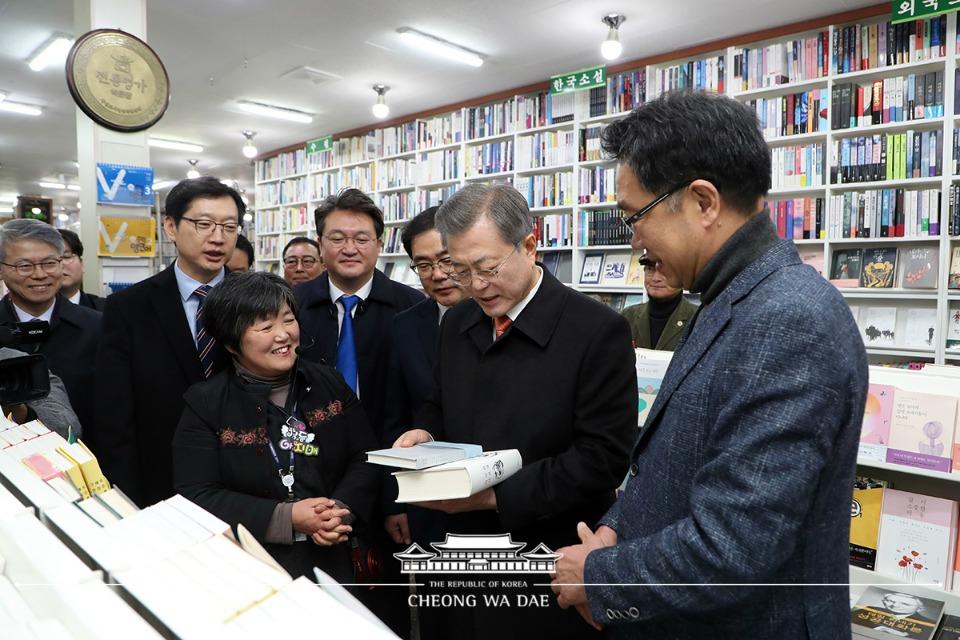 문재인 대통령이 13일 오후 경남 창원시 마산 창동예술촌을 방문해 한 서점을 찾아 책을 살펴보고 있다.