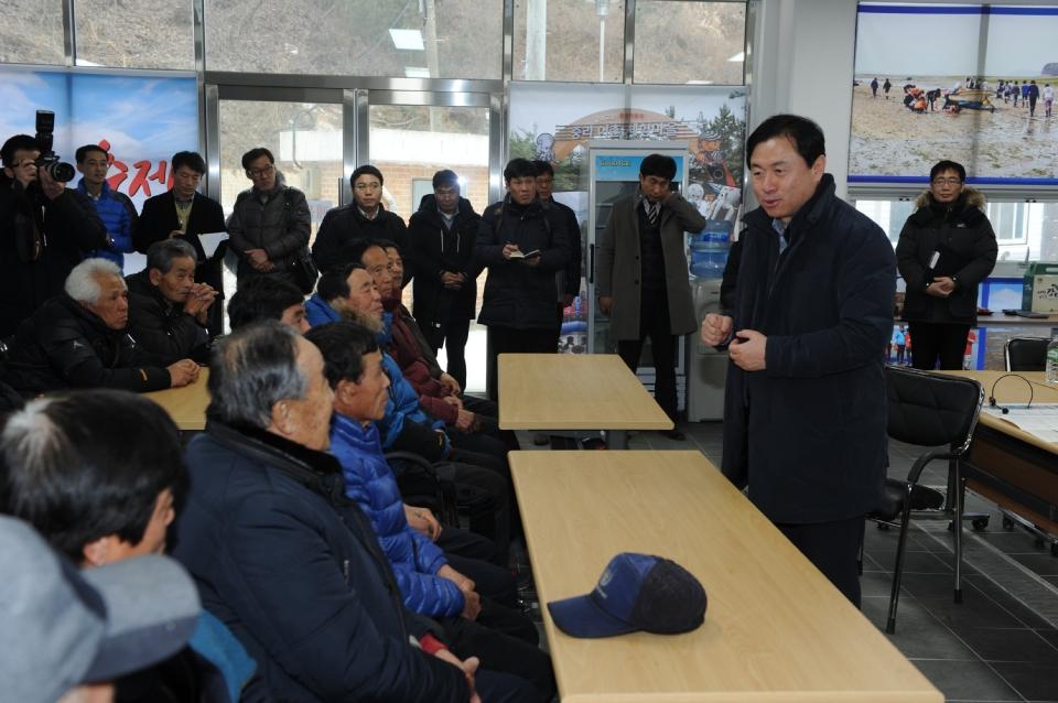 김영춘 장관이 10일 오후 금년에 어촌뉴딜 300사업 대상지로 선정된 중왕항 일원을 방문하여 사업추진 계획을 설명 듣고 지역주민들과 대화의 시간을 가졌다
