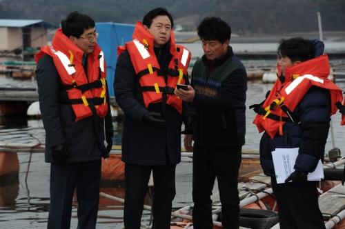천수만 해역의 해상 가두리양식장 점검