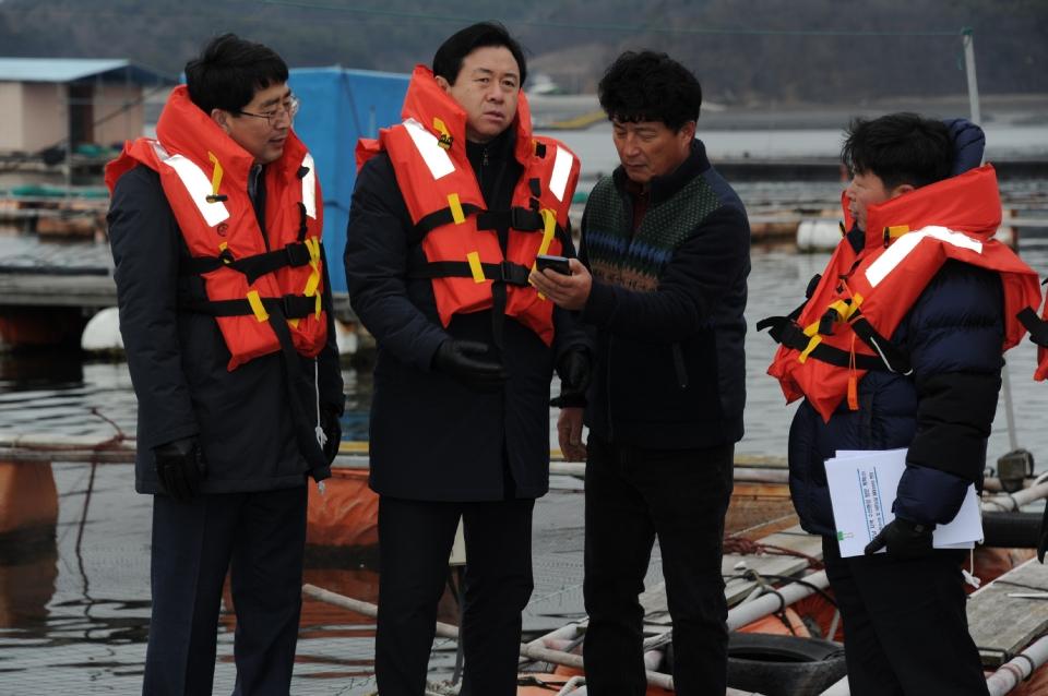 김영춘 장관이 10일 저수온 주의보가 발령된 천수만 해역의 해상가두리를 찾아 저수온 피해 최소화를 위한 대응 상황을 점검했다.
