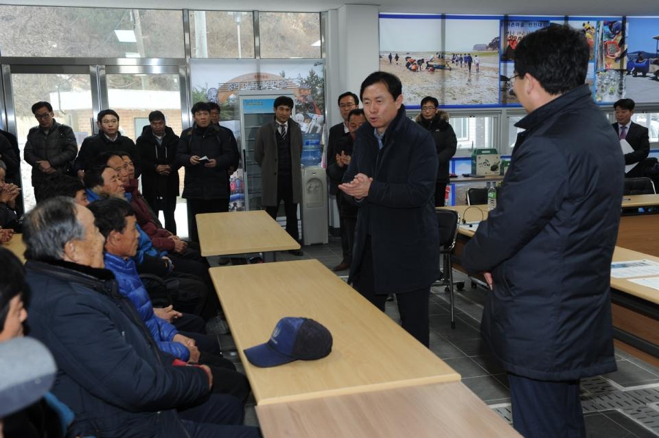 김영춘 장관이 10일 오후 금년에 어촌뉴딜 300사업 대상지로 선정된 중왕항 일원을 방문하여 사업추진 계획을 설명 듣고 지역주민들과 대화의 시간을 가졌다.
