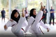 14일 오전(현지시간) 말레이시아 쿠알라룸푸르 스리푸트리 여자 과학 중등학교에서 태권도 동아리 학생들이 문재인 대통령의 부인 김정숙 여사에게 태권도를 선보이고 있다. (사진출처 : 청와대 페이스북)