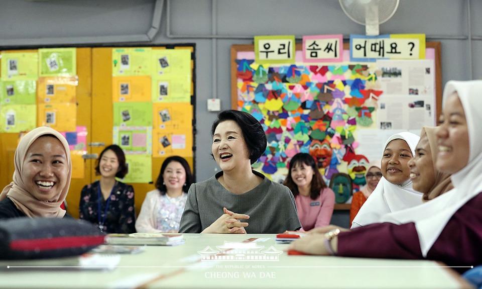 말레이시아를 국빈방문 중인 문재인 대통령 부인 김정숙 여사가 14일 오전(현지시간) 말레이시아 쿠알라룸푸르 스리푸트리 여자 과학 중등학교를 방문, 현지 학생들과 한국어 수업을 함께 듣고 있다.