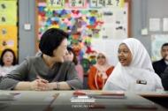 말레이시아를 국빈방문 중인 문재인 대통령의 부인 김정숙 여사가 14일 오전(현지시간) 말레이시아 쿠알라룸푸르 스리푸트리 여자 과학 중등학교를 방문, 현지 학생들과 한국어 수업을 듣고 있다. (사진출처 : 청와대 페이스북)