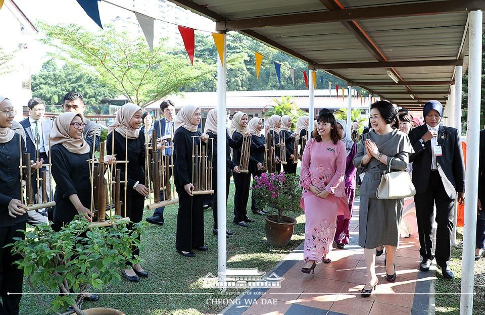 말레이시아를 국빈방문 중인 문재인 대통령 부인 김정숙 여사가 14일 오전(현지시간) 말레이시아 쿠알라룸푸르 스리푸트리 여자 과학 중등학교를 방문하여 안내를 받고 있다.