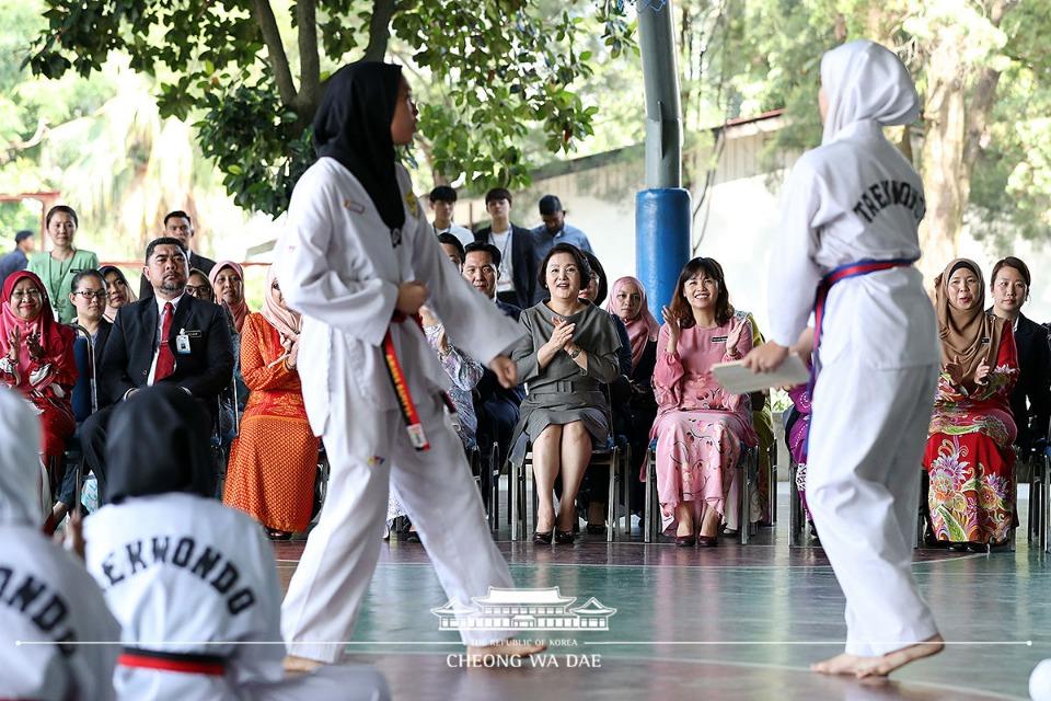 말레이시아를 국빈방문 중인 문재인 대통령의 부인 김정숙 여사가 14일 오전(현지시간) 말레이시아 쿠알라룸푸르 스리푸트리 여자 과학 중등학교를 방문, 태권도 동아리 학생들의 시범을 보고 있다.
