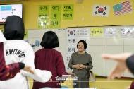 말레이시아를 국빈방문 중인 문재인 대통령의 부인 김정숙 여사가 14일 오전(현지시간) 말레이시아 쿠알라룸푸르 스리푸트리 여자 과학 중등학교를 방문, 현지 학생들과 한국어 수업을 하고 있다.