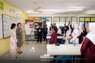 말레이시아를 국빈방문 중인 문재인 대통령의 부인 김정숙 여사가 14일 오전(현지시간) 말레이시아 쿠알라룸푸르 스리푸트리 여자 과학 중등학교를 방문, 현지 학생들과 한국어 수업을 하고 있다. (사진출처 : 청와대 페이스북)