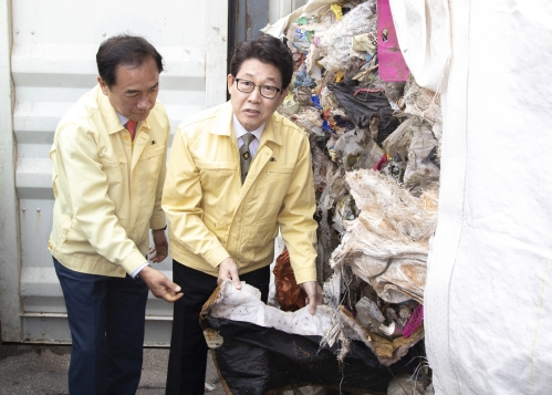 조명래 환경부 장관, 평택항 불법수출 폐기물 처리현장 방문