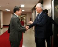 이낙연 국무총리가 14일 세종로 정부서울청사에서 고촉통 싱가포르 전 총리를 접견, 인사 및 환담을 나누고 있다.