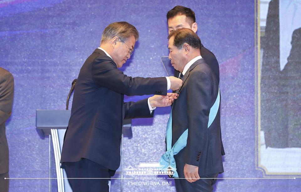 문재인 대통령이 14일 오후 서울 영등포구 여의도 중소기업중앙회에서 열린 '2019 대한민국 중소기업인 대회'에서 유공자 표창을 하고 있다.