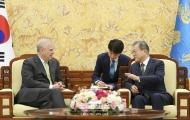 문재인 대통령이 15일 청와대 본관에서 영국 앤드류 왕자를 접견하고 있다.