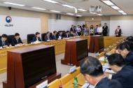 국토교통부(장관 김현미)는 인선이 마무리된 산하기관 신임 기관장들과 정책 공조를 다지고 기관별 주요 시책들을 점검하기 위해, 5월 13일 산하 15개 공기업·준정부기관의 기관장들과 함께하는 간담회를 열었다.
