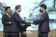문재인 대통령이 5일 오후 경남 창원 컨벤션센터에서 열린 환경의 날 기념식에서 유공자들을 포상하고 있다.
