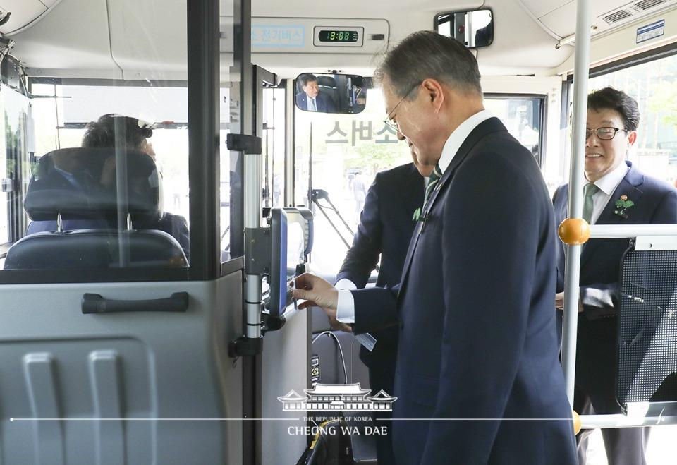 문재인 대통령이 5일 오후 경남 창원 컨벤션센터에서 환경의날 기념식을 마친 후 수소 버스를 타고 도심형 수소 충전소로 이동하고 있다.