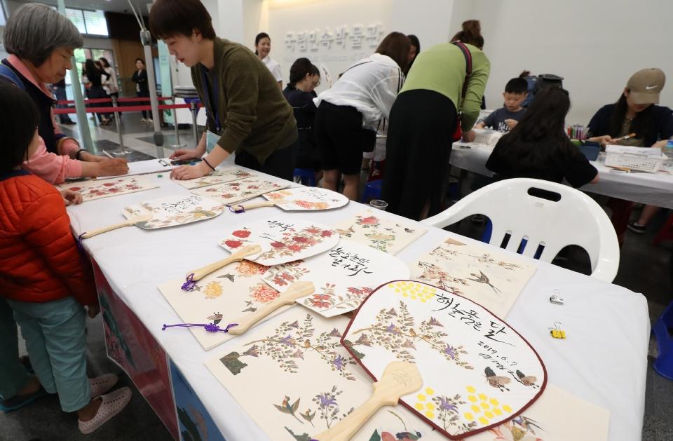 7일 단오를 맞아 서울 국립민속박물관에서 여름을 맞이하는 단오 음식인 수리취떡과 오미자차 나누기 행사와 단오 부채 만들기 체험행사가 열려 참가자들이 즐거운 시간을 보내고 있다.