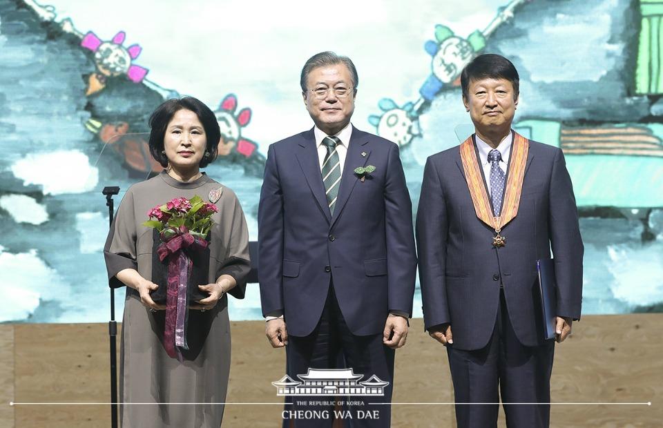 문재인 대통령이 5일 오후 경남 창원 컨벤션센터에서 열린 환경의 날 기념식에서 유공자들을 포상한 뒤 기념촬영을 하고 있다.