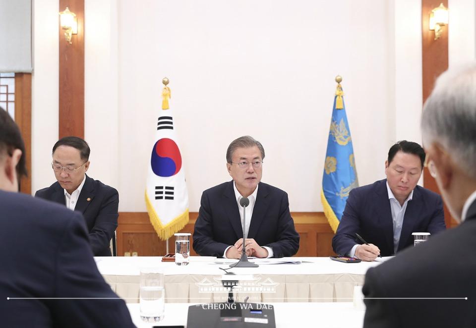 문재인 대통령이 10일 오전 청와대에서 30대 기업 대표들을 초청해 일본의 수출규제 조치와 관련한 대책을 논의하고 있다.