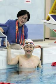 자폐 장애 1급인 이동현 씨(29·광주시 동구 학동)는 2019 광주 세계 마스터스 수영선수권대회에서 경영 25~29세 그룹 자유형 100m(13일)와 접영 50m(14일), 접영 100m(15일) 등 3개 종목에 출전한다. 한국 참가자 중 유일하게 장애인으로 출전한 이동현 씨는 편견을 깨고 비장애인과 함께 역영하는 모습을 보여 주며 순위·기록 관계없이 멋진 도전을 해나갈 예정이다. 사진은 어머니 정순희씨와 이동현씨.