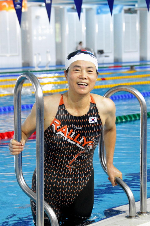 1970년대 한국 수영 신기록을 32차례나 경신했던 신기록 제조기 최연숙씨(60)가 광주에서 열리는 세계마스터즈수영선수권대회 출전에 앞서 포즈를 취하고 있다.