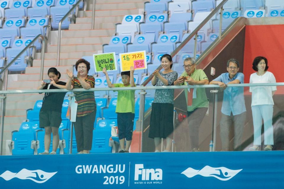12일 광주 남부대 경영 메인 풀에서 열린 2019 광주 세계 마스터즈 수영 선수권 대회 여자 자유형 800미터 경기에 출전해 역영을 하는 1970년대 수영 스타 최연숙 씨를 가족들이 응원하고 있다.