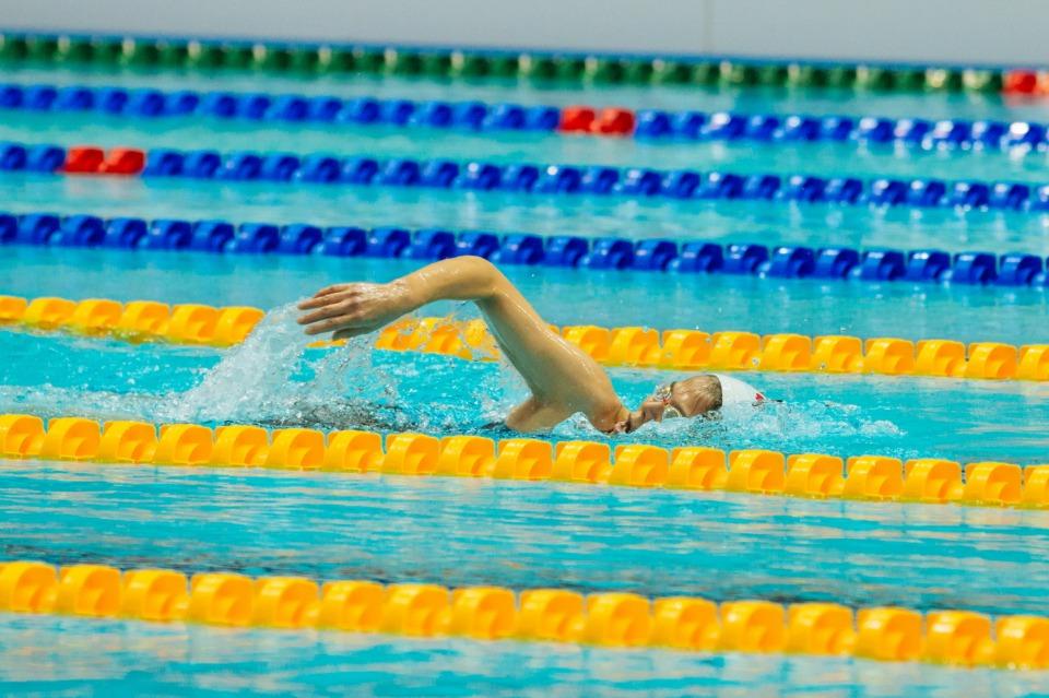 1970년대 중후반 대한민국 여자 수영계를 주름잡았던 수영 스타 최연숙 씨가 12일 광주 남부대 경영 메인 풀에서 열린 2019 광주 세계 마스터즈 수영 선수권 대회 여자 자유형 800미터 경기에 출전해 역영을 하고 있다.