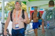 33도를 넘나드는 불볕더위가 기승을 부리고 있는 가운데 광주 세계 마스터스 수영대회에 참가한 각국 선수단은 무더위를 피하기 위한 각양각색의 모습으로 눈길을 끌고 있다. 경영과 다이빙이 벌어지고 있는 남부대 시립 국제수영장에서는 상의를 탈의하거나 수영복을 입고 활보하는 선수들을 흔하게 볼 수 있다. 이외에도 선수들은 부채와 타월, 모자, 손 선풍기 등 저마다 다양한 도구를 이용해 더위를 피하고 있다.