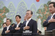 문재인 대통령이 13일 청와대 본관에서 열린 국무회의에서 국기에 경례하고 있다.