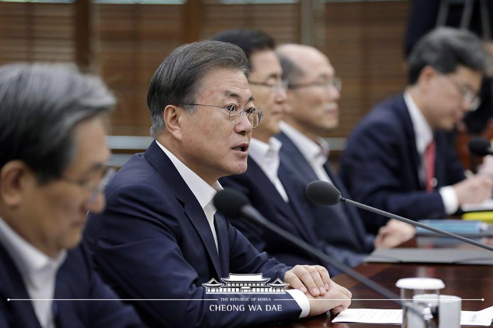 문재인 대통령이 12일 오후 청와대 여민관 소회의실에서 수석보좌관회의를 주재하고 있다.