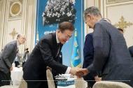 문재인 대통령이8월  13일 오후 청와대 영빈관에서 열린 독립유공자 및 후손 초청 오찬에서 인사를 나누고 있다.