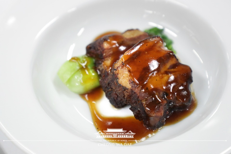 '독립유공자 및 후손 초청 오찬'에서 참석자들에게 제공된 김구 선생 등 임시정부 요인들이 즐겨 먹었던 특별메뉴 '홍샤오로우(돼지고기를 간장양념으로 조린 요리)'의 모습.