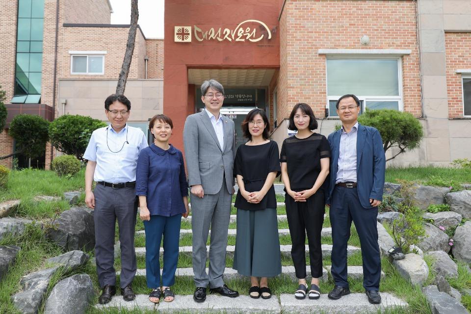 강신욱 통계청장은 9월10일(화) 대전 대덕구에 위치한 미혼모 가족복지시설인 대전자모원을 방문해 위문품을 전달하였습니다.
