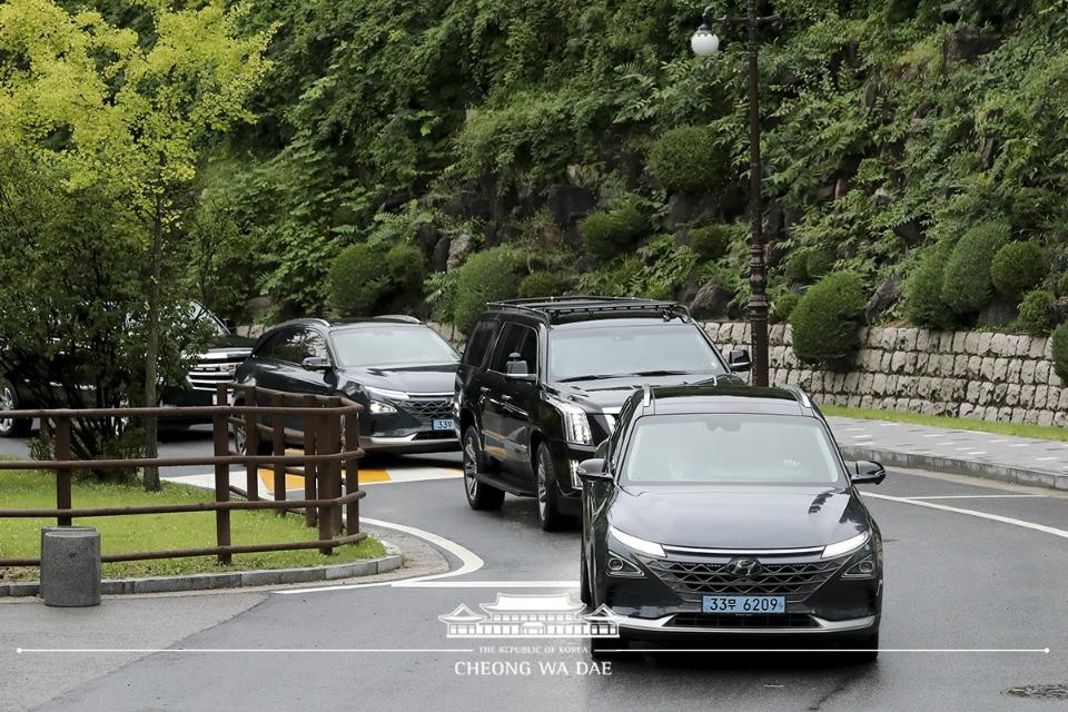문재인 대통령이 10일 대통령 전용차로 도입된 수소차(넥쏘)를 탑승해 서울 성북구 한국과학기술연구원에 도착하고 있다.