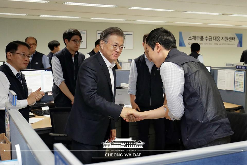 문재인 대통령이 10일 오전 서울 중구 소재부품 수급대응 지원센터를 방문, 직원들을 격려하고 있다.