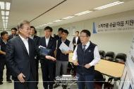 문재인 대통령이 10일 오전 서울 중구 소재부품 수급대응 지원센터를 둘러보고 있다.