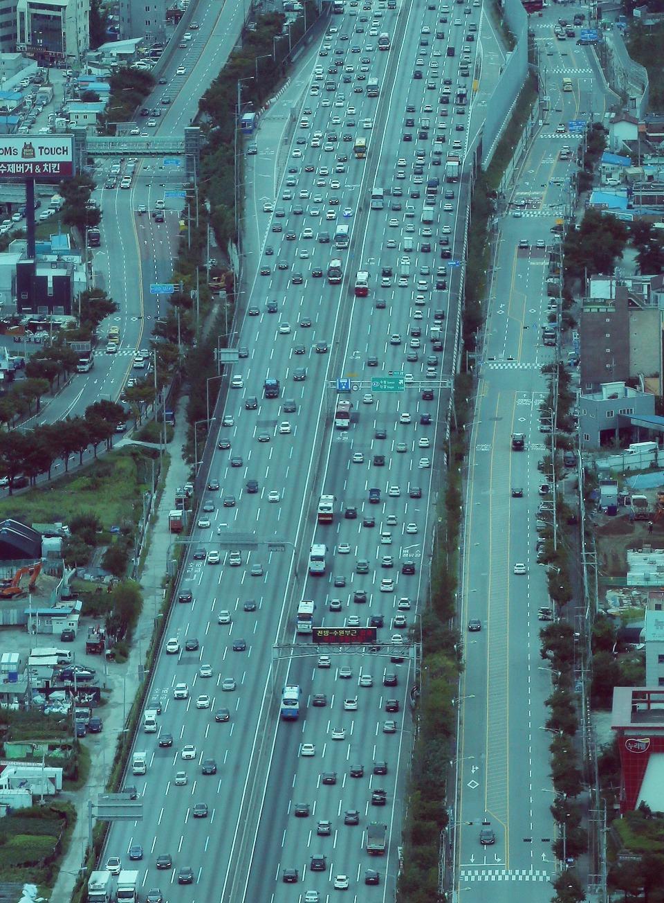 추석 연휴를 하루 앞둔 11일 오후 본격적인 귀성이 시작되면서 경찰청 헬기에서 본 서평택 인근 서해안고속도로와 신갈IC 인근 경부고속도로의 차량이 점차 증가하고 있다.(신갈IC 인근 경부고속도로)