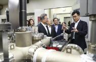 문재인 대통령이 10일 오전 서울 성북구 한국과학기술연구원(KIST) 차세대 반도체 연구소를 방문, MBE 실험실을 둘러보고 있다.