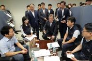 문재인 대통령이 10일 오전 서울 중구 소재부품 수급대응 지원센터를 방문, 직원들과 대화를 나누고 있다.