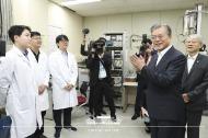 문재인 대통령이 10일 오전 서울 성북구 한국과학기술연구원(KIST) 차세대 반도체 연구소를 둘러본 후 연구원을 격려하고 있다.