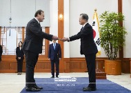 문재인 대통령이 11월 14일 오후 청와대에서 열린 주한 신임 대사 신임장 제정식에서 주한 대사로부터 신임장을 받고 있다.