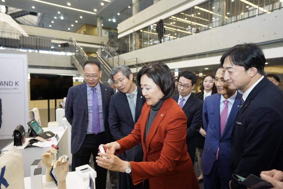 중소벤처기업부 박영선 장관이 14일, 중기부와 하나은행의 자상한기업 협약식 장소에 마련된 브랜드 K 홍보부스를 둘러보고 있다.
