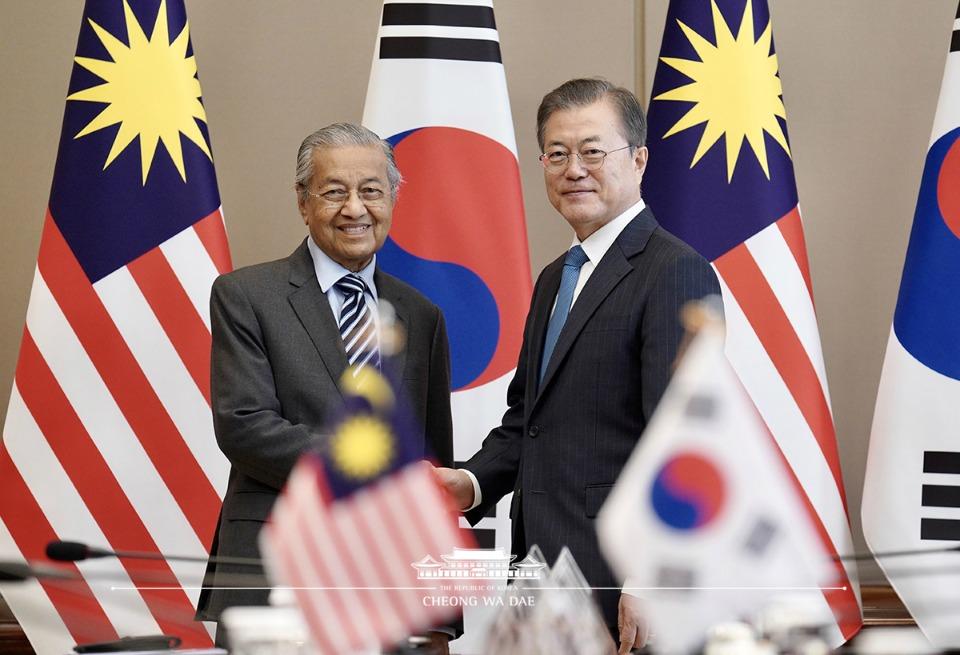 문재인 대통령과 마하티르 빈 모하맛 말레이시아 총리가 28일 청와대에서 정상회담 전 악수를 하고 있다.