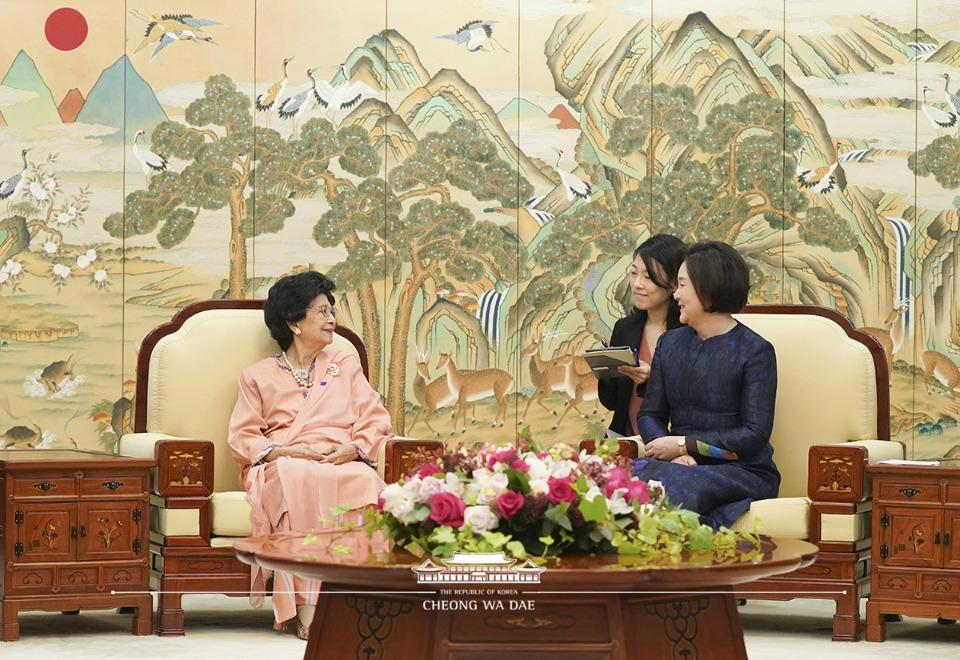 김정숙 여사와 말레이시아 총리 부인 시티 하스마 여사가 28일 청와대에서 대화를 나누고 있다.