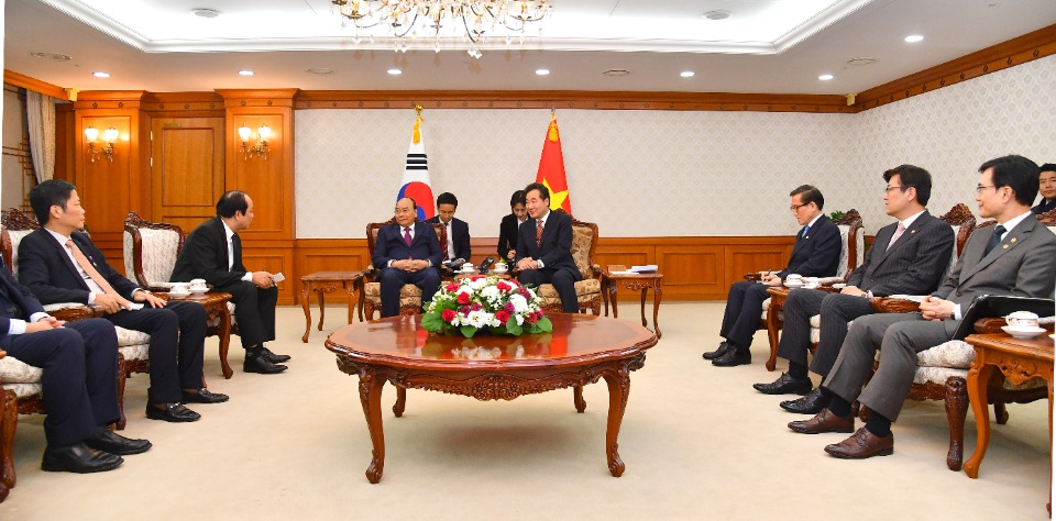 이낙연 국무총리가 28일 세종로 정부서울청사에서 응우옌 쑤언 푹 베트남 총리를 접견, 인사 및 환담을 나누고 있다.