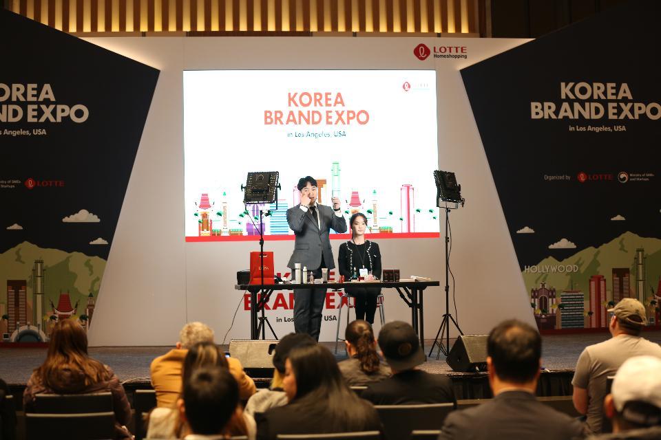 지난 3일(현지 시간) 미국 LA 인터콘티넨털호텔에서 열린 '대한민국 브랜드 엑스포 with 브랜드K' 행사에서 참가업체 제품 활용 메이크업시연회가 열리고 있다.