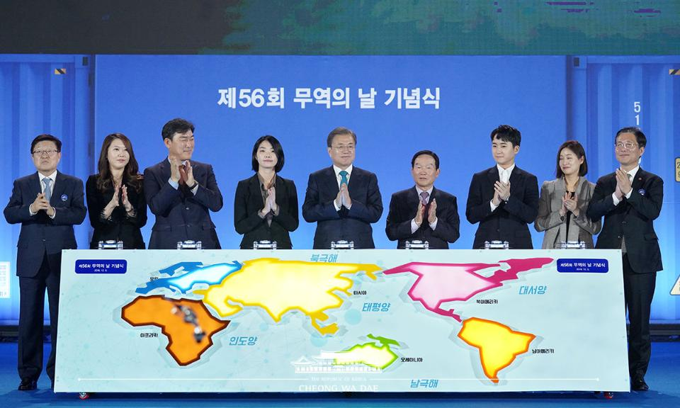 문재인 대통령이 5일 서울 강남구 삼성동 코엑스에서 열린 제56회 무역의 날 기념식에서 참석자들과 세리머니를 한 후 박수치고 있다.